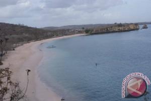Menggenggam Hening di Pantai Pink