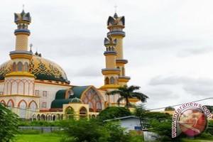 Wisata syariah di pulau seribu masjid