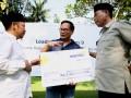 Sekertaris Daerah NTB, Muhammad Nur (kanan) didampingi Bupati Lombok Utara, Najmul Akhyar (kiri) berbincang deangan Dirut Bank Mandiri, Kartika Wirjoatmodjo (tengah) saat penyerahan secara simbolis hibah dana lingkungan perseroan di Mataram, NTB, Jumat (22/4). Sebagai bagian dari peringatan hari bumi Bank Mandiri menyalurkan dana lingkungan sebesar Rp.1,268 miliar kepada Pemprov NTB untuk membantu pembangunan sistem penerangan jalan pesisir pantai dan pengelolaan sampah di kawasan wisata Gili Trawangan. ANTARA /Andi/AS/16.