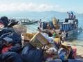 Sejumlah pekerja bersiap mengangkut sampah yang menumpuk di pinggir pantai kawasan Wisata Gili Air,Desa Gili Indah, Kecamatan Pemenang, Tanjung, Lombok Utara, NTB, Selasa (26/4). Penanganan sampah di kawasan tiga Gili yang menjadi lokasi wisata faavorit turis mancanegara itu masih terkendala terbatasnya sarana pengolahan sampah, lahan serta biaya operasional. ANTARA FOTO/Eka Fitriani/AS/aww/16.