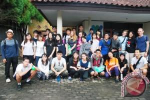 Siswa Singapura Pelajari Perdagangan Hiu Di Lombok - (d)