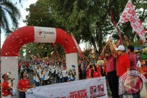Jalan Sehat Telkomsel 4G Semarakkan Lapangan Udayana Mataram