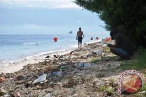 Sampah di Pantai Pulau Kenawa Sumbawa Barat