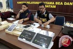 Bea Cukai Mataram Menyita 350 Ponsel TKI Mudik