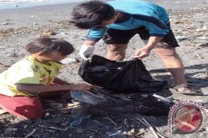 WCS Ajak Warga Lombok Timur Bersihkan Pantai dari Sampah