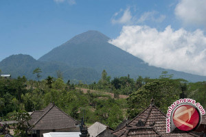 Puluhan Anak Pengungsi Bali Bersekolah di Mataram