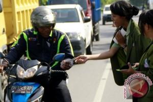 Mahasiswa Bagikan Stiker Antikorupsi