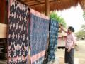 Seorang pengrajin tenun ikat Sumba Timur menjemur hasil tenunnya di Kampung Adat Raja Prailiu di Waingapu, Sumba Timur NTT, Selasa (4/7). Tenun ikat Sumba Timur dikenal mempunyai kualitas yang sangat bagus dan juga mahal karena proses pembuatan dengan bahan alami dan membutuhkan waktu yang lama untuk membuatnya. ANTARA FOTO/Kornelis Kaha/17