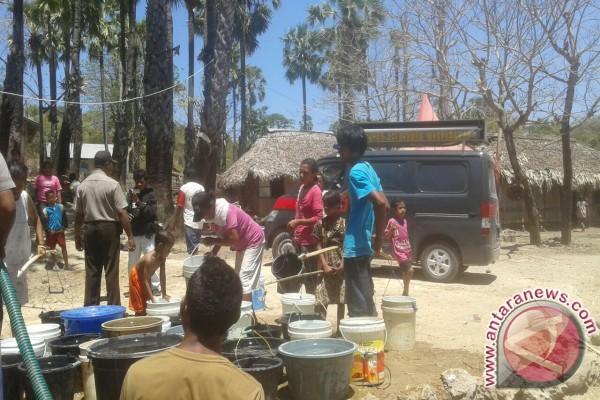 Polres Kupang Bagikan Air Bersih Kepada Masyarakat