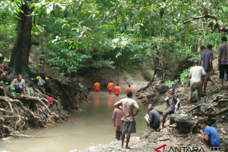 Suami-istri hilang terseret banjir