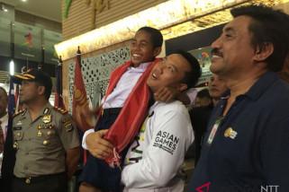Panglima TNI berikan beasiswa kepada Joni