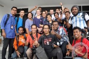Dua Wartawan Perancis Foto Bersama Wartawan Jayapura