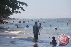 Libur Imlek warga Jayapura padati pantai Base-G
