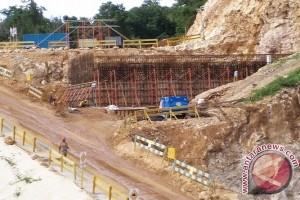Pemkot Jayapura turunkan tinggi jalan pendekat jembatan Holtekam