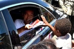 Presiden Jokowi bagi buku untuk anak Papua