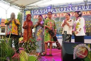 Menteri PPPA serahkan bantuan peralatan drumband siswa