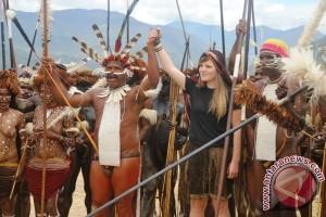 Wisatawan dan Masyarakat Adat Papua