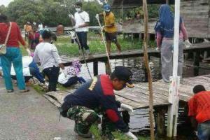 Prajurit TNI bersihkan kompleks pasar tradisional Senggo