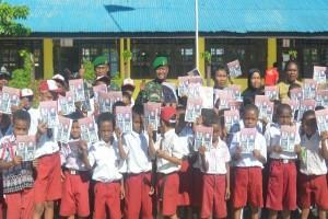 Satgas Pamtas RI-PNG bagi-bagi buku bersampul Pahlawan Nasional