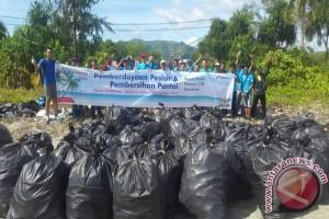 Pegawai Pertamina bersihkan sampah di Pantai Holtekam