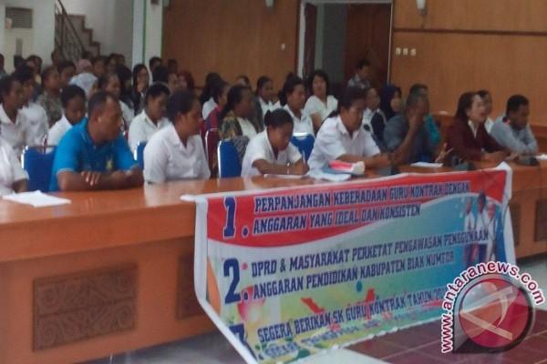 Ratusan guru kontrak diberhentikan sepihak demo di DPRD Biak Numfor