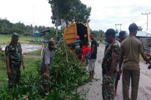 Koramil Waropen bersihkan jalan dari pohon tumbang