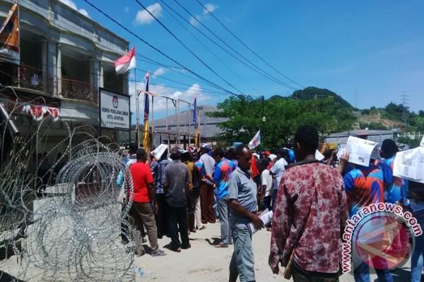 Simpatisan BMD-Alam blokade kantor KPU Kota Jayapura