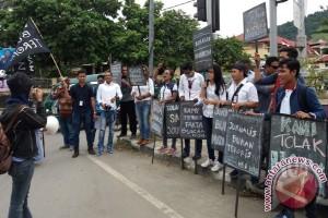 Wartawan Jayapura memperingati HPN 2017 di jalan raya