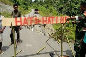 Koramil Unurum Guay mengingatkan bahaya longsor di jalan Jayapura-Sarmi