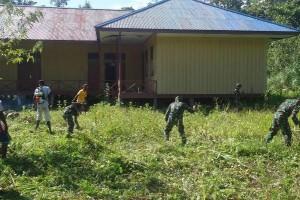 Koramil Agimuga bantu bersihkan lingkungan sekolah
