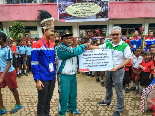 Pekerja Pertamina mengajar di SD Inpres Dok 9 Jayapura