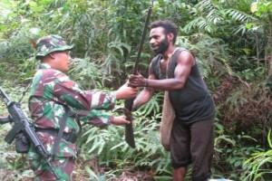 Warga Boven Digoel serahkan senpi rakitan kepada TNI