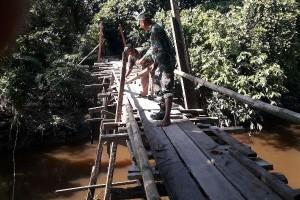 TNI bersama warga perbaiki jembatan Kampung Muare Mimika