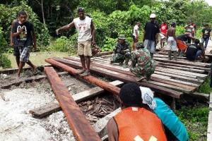 Polri-TNI perbaiki jembatan kampung di Sarmi