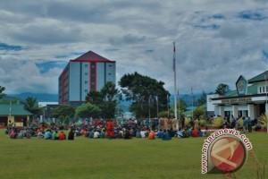 Seratusan warga pemilik ulayat mendatangi Kantor Bupati Jayawijaya