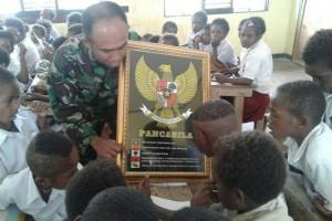 Babinsa Koramil Waghete mengajarkan Pancasila di SD Mogouda