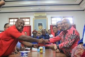 Lukas Enembe mendaftar di PDI Perjuangan untuk Pilgub Papua