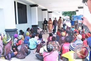 Mama-mama Jayawijaya demo di kantor bupati