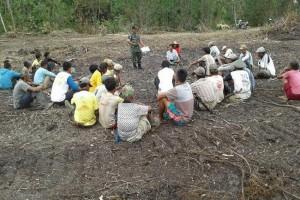 Babinsa Koramil Merauke bantu petani buka lahan baru