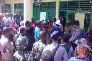 Puluhan orang tua siswa demo di SMAN 1 Timika