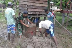 Babinsa Koramil Agats bantu masyarakat bangun jamban