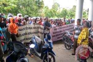 Guru honorer demo desak Kadispendasbud Mimika bayar insentif