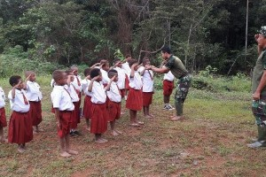 Satgas TMMD mengajar di SD Aroa