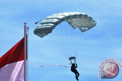 16 penerjun payung kibarkan Merah Putih di langit Papua