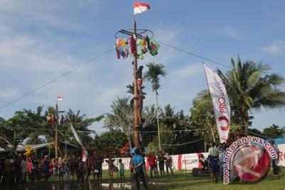 Mengejar Merah Putih di puncak pohon pinang