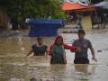 Polisi mengayomi masyarakat saat banjir