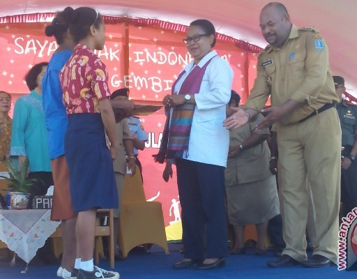 Menteri Yohana serahkan 2.017 akta kelahiran anak