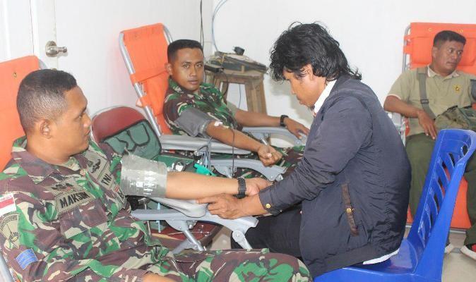 Prajurit TNI donor darah pada peringatan HUT Kemerdekaan RI
