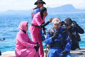 Kapolda Papua pimpin pengibaran bendera di bawah laut