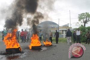 Anggota DPRD Mimika Terpilih bakar ban dan blokade jalan